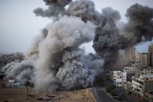 07 Bernat_Armangue - Humareda en la ciudad de Gaza tras un ataque aereo - 1º Premio Reportajes Graficos. Noticias de Actualidad