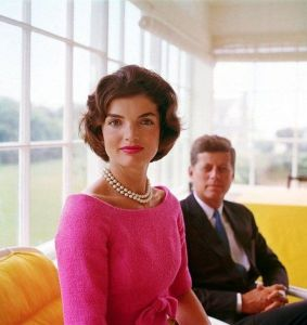 Foto 02-Jacqueline and John F. Kennedy at Hyannis Port 1959-01