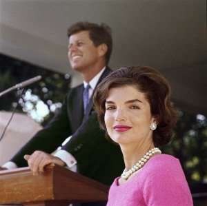 Foto 03-Jacqueline and John F. Kennedy at Hyannis Port 1959-02