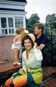 Foto 04-Jackie, Caroline, and John F. Kennedy on the patio of Joseph Kennedy's house, Hyannis Port. 1959