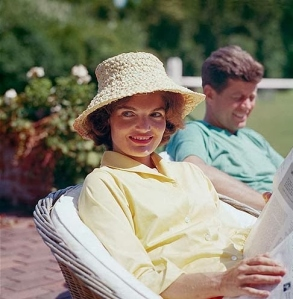 Foto 05-Jackie and John F. Kennedy on the porch of Joseph Kennedy's house, Hyannis Port. 1959