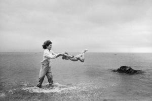 Foto 06-Jacqueline Kennedy swinging Caroline in surf-Hyannis Port- 1959