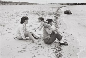 Foto 07-Jacqueline Kennedy swinging Caroline in surf-Hyannis Port- 1959-01