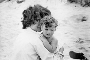 Foto 08-Jacqueline Kennedy swinging Caroline in surf-Hyannis Port- 1959-02