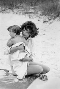 Foto 09-Jacqueline Kennedy swinging Caroline in surf-Hyannis Port- 1959-03