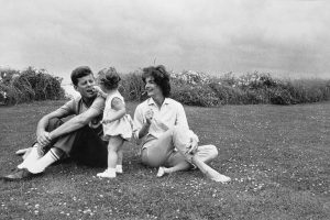 Foto 13-The Kennedy family relaxing in Hyannis Port, Maine