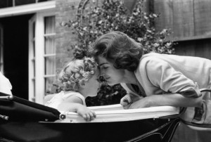 Foto 14a-Caroline and Jackie Kennedy in Georgetown- 1959