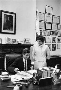 Foto 17-The Kennedys in John's Senate office