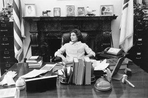 Foto 18-The Kennedys in John's Senate office-02