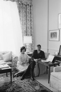 Foto 24-John F. Kennedy and Jacqueline Kennedy in April of 1961-03