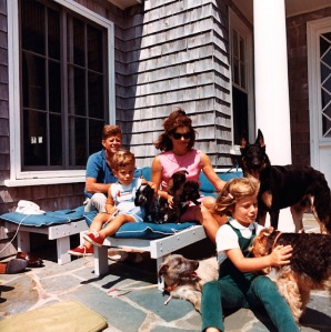 Foto 32-president-kennedy-relaxes-with-his-family-and-family-dogs-in-hyannis-port-14-august-1963