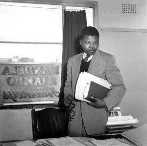 Nelson Mandela en su despacho de abogado la cual compartía con Oliver Tambo por Jürgen Schadeberg 1952