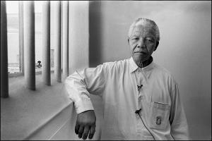 Mandela en la celda en la que estuvo recluído en la prisión de Robben Island, fotografiado por Jürgen Schadeberg ,1994