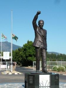 Foto 19-Nelson Mandela Statue, Victor Verster Prison, Wemmershoek, South Africa por la escultora de Ciudad del Cabo Jean Doyle 02