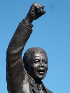Nelson Mandela Statue, Victor Verster Prison, Wemmershoek, South Africa por la escultora de Ciudad del Cabo Jean Doyle