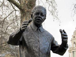 Nelson Mandela en Parliament Square (Westminster) por el escultor Ian Walters