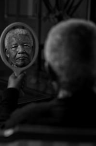 Fantástica fotografía de Nelson Mandela en su residencia hecha por Adrian Steirn, 2011