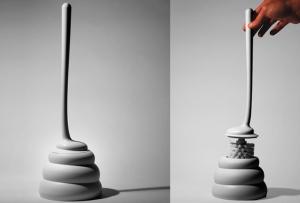 """Escobilla """"Kakak"""" fabricada en polipropileno y diseñada por Jordi Pla Studio."""