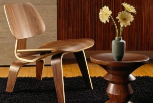 Silla Eames LCW diseñada por Charles y Ray Eames en los años 50.
