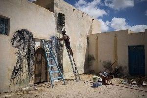 El artista estadounidense Swoon en pleno desarrollo de su obra.