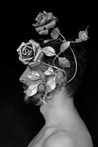 """Jon Marmol exhibiendo """"Roses"""" una de sus bellas creaciones."""