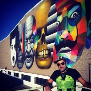"""""""El reconocido artista urbano Okuda se une a la Generación Mo realizando una obra en Madrid para cambiar la cara a la salud del hombre con Movember. Un mural de 250m2 en el que aparecen algunos de los bigotes más famosos de la historia y que retratan el indiscutible estilo de uno de los grafiteros españoles más internacionales"""""""