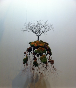 """Jorge Mayet: """"Untitled"""" (2015) Papel maché, alambre, textil, papel y acrílicos."""