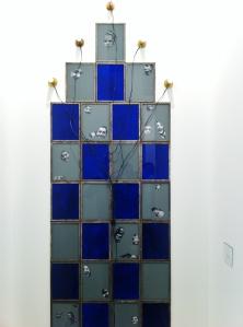 """Christian Boltanski: """"Scratch"""" (2014) 28 fotografías en b/n, pintura acrílica, 5 bombillas y cable eléctrico."""