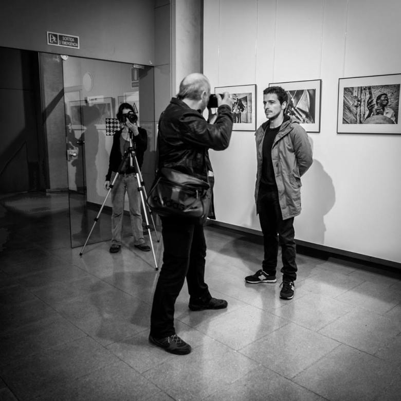"""Fotografía de Jorge Lizana Ruiz el día de la inauguración de """"African iron Men"""" en el Centre Cívic Pati Llimona"""