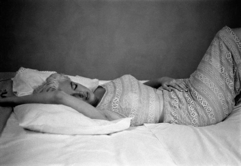 USA. Illinois. Bement. US actress Marilyn MONROE resting. 1955.