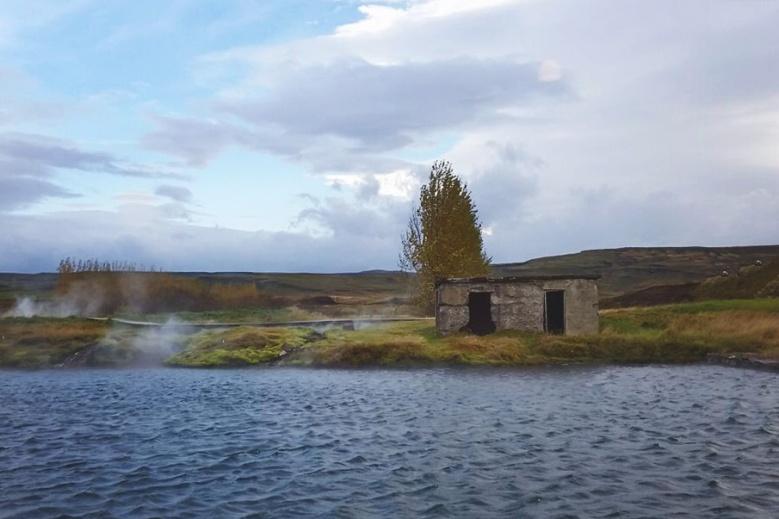 """""""Secret Lagoon"""". Manantial de agua caliente situado en la pequeña localidad islandesa de Fludir, dentro del área conocida como """"Círculo Dorado""""."""
