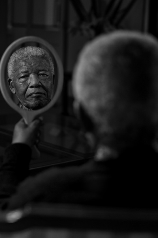 0010Nelson Mandela en su residencia por Adrian Steirn 2011