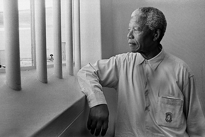 003. Jürgen Schadeberg Nelson Mandela en su celda de Robben Island cuando la visitó de nuevo en 1994